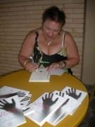 Patrizia firma i suoi libri